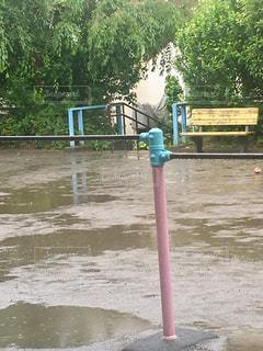 雨の日、静寂な水溜りの公園。の写真・画像素材[2216678]
