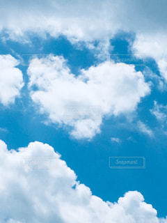 ふわふわ雲の上にハート雲の写真・画像素材[2279573]