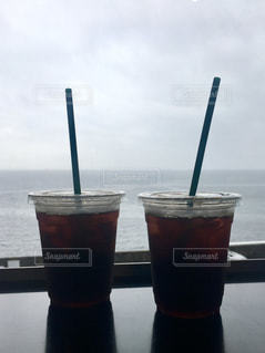 アイスコーヒーと海の写真・画像素材[2330318]