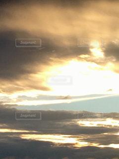 雲の中にハートの光の写真・画像素材[2414561]