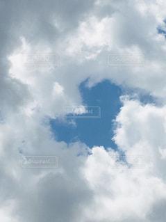 雲の中にハートの写真・画像素材[2414585]