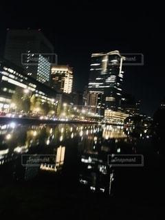 水面に反射している夜景の写真・画像素材[2716439]