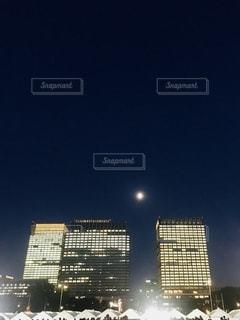 丸の内と月の写真・画像素材[2718878]