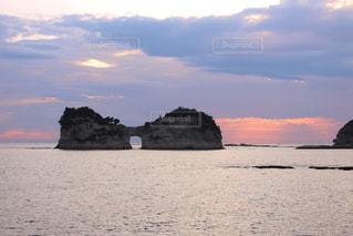 背景の山と水の大きな体の写真・画像素材[1020407]