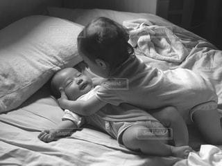 子ども,屋内,人物,人,赤ちゃん,ベッド,黒と白