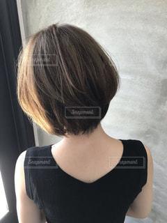 黒いシャツを着た女性の写真・画像素材[2283865]