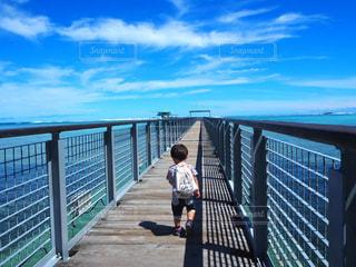海,橋,青空,後ろ姿,グアム,男の子