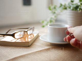 テーブルの上でコーヒーを一杯飲むの写真・画像素材[2502556]