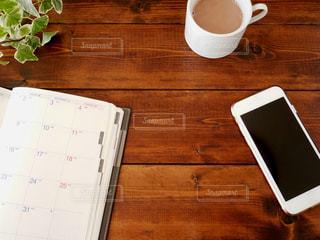 木製のテーブルで予定をたてるの写真・画像素材[2920191]