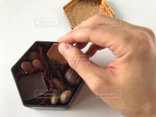 箱を持っている手の写真・画像素材[2957023]