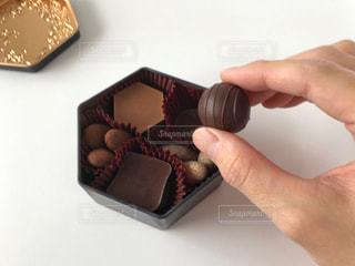 チョコレートを持っている男性の写真・画像素材[2957022]