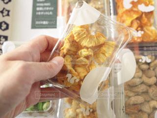 食べ物を持っている人の写真・画像素材[3025420]