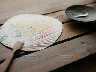 木製のテーブルの上に置いたうちわの写真・画像素材[3594962]