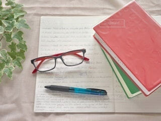 英語の勉強中にメガネを外してひと休みの写真・画像素材[3650800]