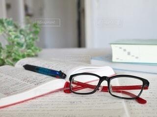 英語の勉強中にメガネを外してひと休みの写真・画像素材[3650799]