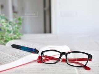 英語の勉強中にメガネを外してひと休みの写真・画像素材[3650797]