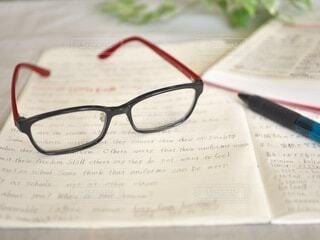 英語の勉強中にメガネを外してひと休みの写真・画像素材[3650802]