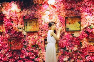 金魚ミュージアムで金魚ではなく花を愛でる人🌺の写真・画像素材[2313857]