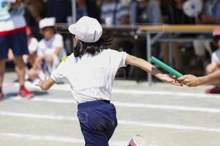 運動会のリレー、バトン渡しの瞬間の写真・画像素材[2156340]