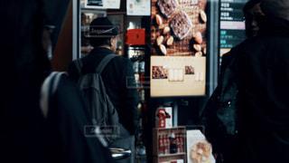 男性,屋外,東京,後ろ姿,暗い,アート,景色,都会,洋服,人物,背中,道,人,後姿,旅行,デザイン,明るい,スナップ,通り,シャドウ,日中,アーキテクチャ,都市の景観