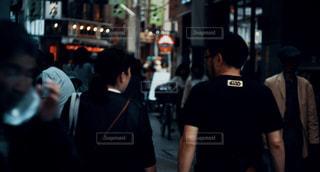 女性,男性,風景,屋外,東京,後ろ姿,商店街,景色,人物,背中,人,後姿,Tシャツ,街中,スナップ,通り,ダウンタウン,シャドウ,日中,アーキテクチャ,都市の景観