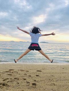 女性,海,夏,砂浜,日焼け,洋服,Tシャツ,シャツ,sea,summer,思い出,お盆,夏日,夏服,猛暑日,半袖,CODE