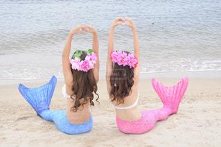 浜辺に座っている小さな女の子の写真・画像素材[2264188]