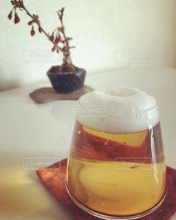 テーブルの上でコーヒーを一杯飲むの写真・画像素材[2339409]