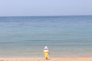 海,後ろ姿,黄色,女の子,スカート,人物,麦わら帽子,人,幼児