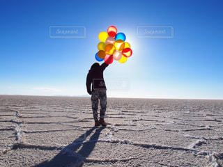 空,カラフル,晴れ,後ろ姿,風船,人物,人,旅,バルーン,ひとり旅,ウユニ,ウユニ塩湖,ボリビア,バックパッカー