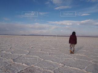見渡す限りの塩湖の写真・画像素材[2135713]