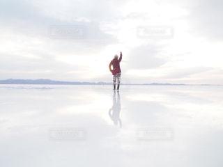後ろ姿,後姿,旅行,旅,明るい,ひとり旅,ウユニ,ウユニ塩湖,ボリビア,南米,バックパッカー,鏡張り,雲の中