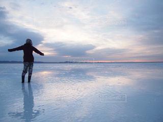 風景,空,後ろ姿,水面,後姿,旅,女子旅,冒険,ひとり旅,ウユニ,ウユニ塩湖,ボリビア,南米,バックパッカー,鏡張り
