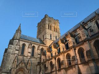 ライトアップしたミルクティー色の大聖堂の写真・画像素材[2036717]