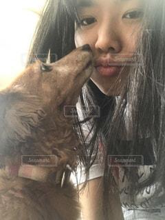 犬とわたしのぺろぺろ日常の写真・画像素材[2063499]