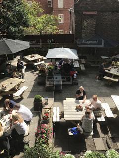 休日の昼下がり カフェテラスでおしゃべりを楽しむ人々の写真・画像素材[2073822]