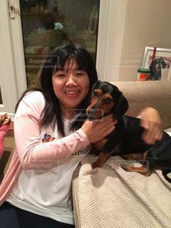 カメラにポーズ犬を持つ女性の写真・画像素材[2079896]