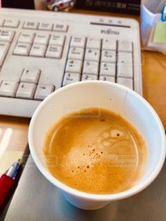 コーヒー,COFFEE,茶色,オフィス,紙コップ,会社,珈琲,仕事,ブラウン,キーボード,ホット,brown,ボールペン,デスクワーク,赤ペン,マウスパッド,ミルクティー色,朝の始まり