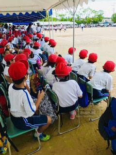 空,屋外,赤,砂,白,晴れ,椅子,紅白,人物,人,地面,青春,運動会,小学校,赤白帽,運動場,グランド,競争,観覧,体育大会,着席,紅白対抗