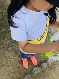 夏,屋外,ピンク,晴れ,黒髪,人,地面,デニム,人間,バナナ,Tシャツ,半袖