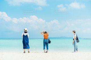 浜辺の人々のグループの写真・画像素材[2357344]