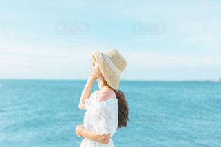 水域の隣に立っている人の写真・画像素材[2357366]
