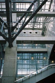 列車は建物の側面に停車するの写真・画像素材[2454705]