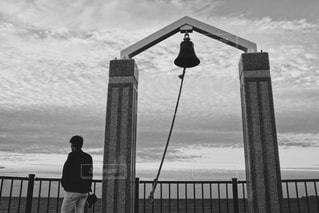 水の体の横に桟橋の前に立っている人 - No.816877