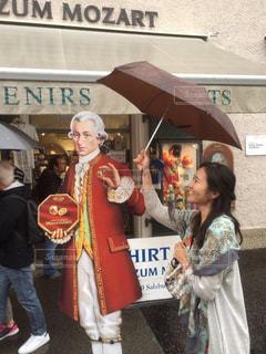 女性,20代,雨,傘,ヨーロッパ,雨の日,モーツァルト