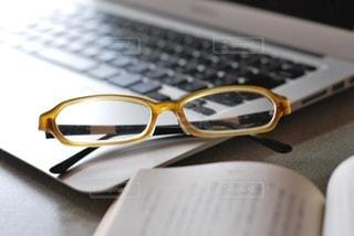 パソコンと本とメガネの写真・画像素材[2758600]