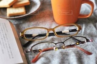 メガネとお菓子と本の写真・画像素材[2758769]