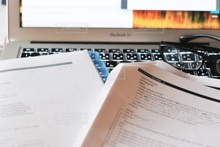 めがね,眼鏡,パソコン,書類,紙,メガネ,データ