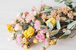 テーブルの上の花束の写真・画像素材[2816408]