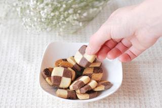 小さな食べ物を皿にかざす手の写真・画像素材[2816418]